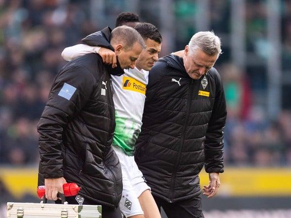 Zranený László Bénes opúšťa hraciu plochu