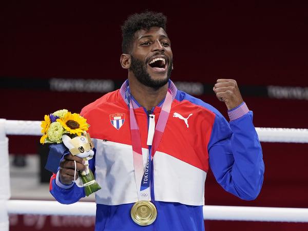 Kubánsky boxer Andy Cruz oslavuje po tom, ako získal zlatú medailu