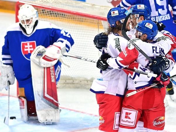 Českí hokejisti sa tešia z gólu