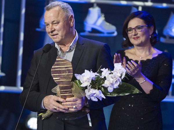 Otec cyklistu Petra Sagana Ľubomír Sagan preberá za syna cenu Športovec roka