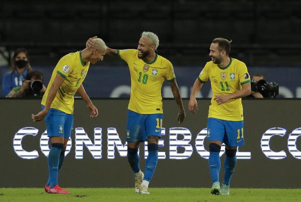 Na snímke brazílski hráči, zľava Richarlison, Neymar a Everton Ribeiro oslavujú gól