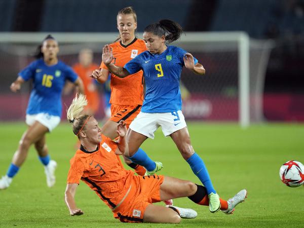 Stefanie van der Gragt (3) a Debinha (9)
