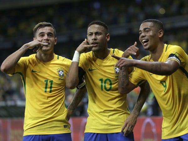 Philippe Coutinho, Neymar a Gabriel Jesus oslavujú gól Brazílie proti Argentíne