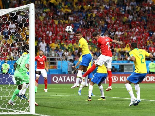 Steven Zuber po postrčení Mirandu strieľa vyrovnávajúci gól Švajčiarska