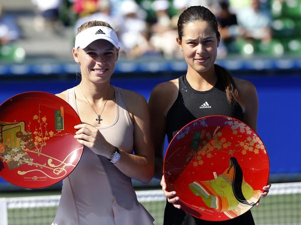 Caroline Wozniacka (vľavo) a Ana Ivanovičová sa tešia zo svojích trofejí.