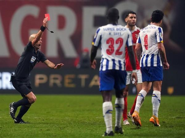Luis Godinho udeľuje červenú kartu
