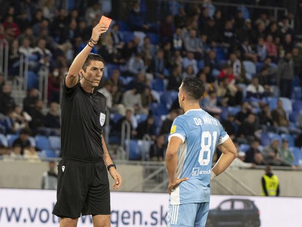 Na snímke vľavo hlavný rozhodca Deniz Aytekin z Nemecka s červenou kartou pre hráča Slovana Vernona De Marca
