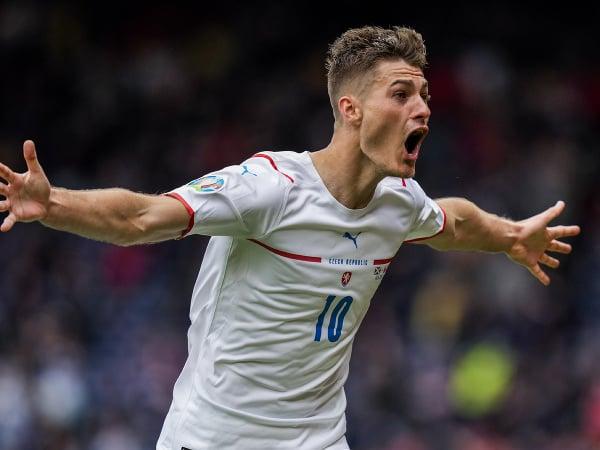 Český futbalista Patrik Schick sa teší zo svojho druhého gólu gólu počas zápasu základnej D-skupiny Škótsko - Česká republika