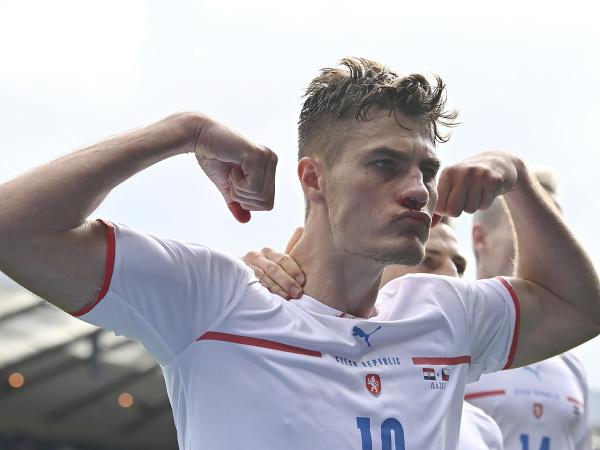Patrik Schick oslavuje gól proti Škótsku