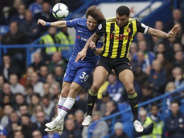 David Luiz (v modrom) počas hlavičkového súboja