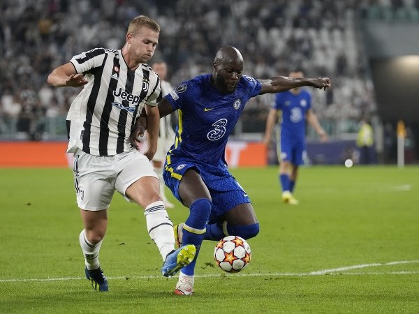 Matthijs de Ligt (vľavo) bojuje o loptu s Romelu Lukakuom z Chelsea