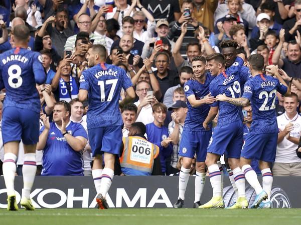 Hráči Chelsea oslavujú strelený gól