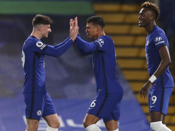 Thiago Silva oslavuje so spoluhráčmi gól