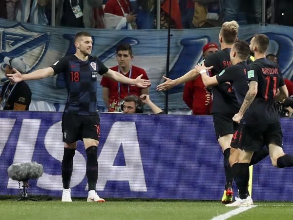 Ante Rebič (vľavo) oslavuje so spoluhráčmi svoj gól
