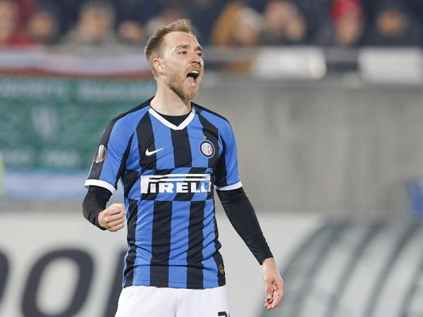 Na snímke hráč Interu Miláno Christian Eriksen oslavuje strelenie gólu