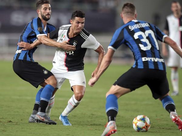 Milan Škriniar sa snaží obrániť Cristiana Ronalda
