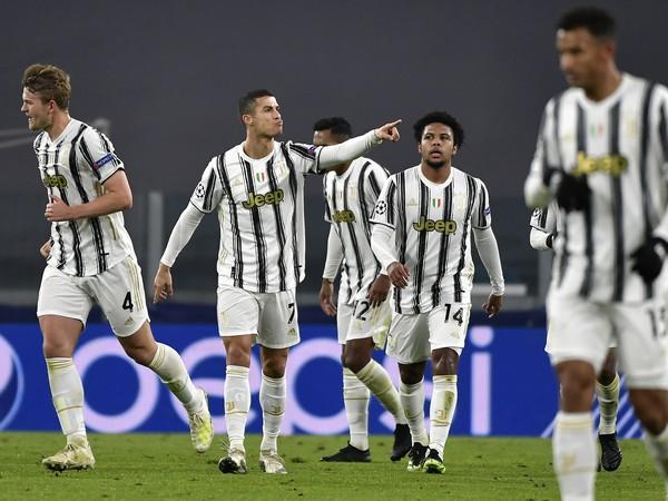Hráči Juventusu oslavujú gól s CR7