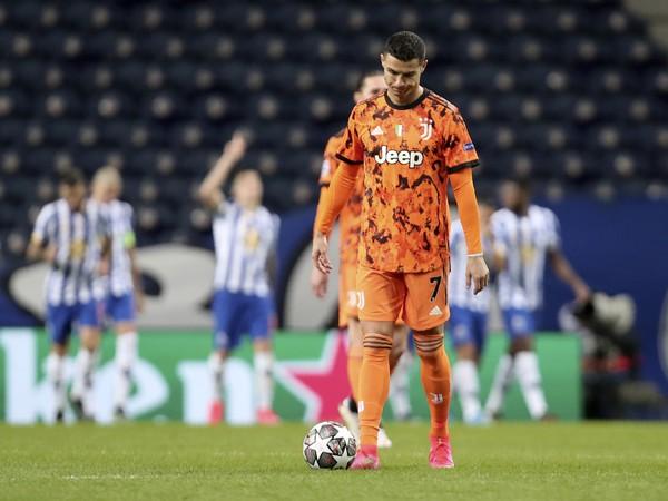 Cristiano Ronaldo a v pozadí oslavujúci hráči Porta