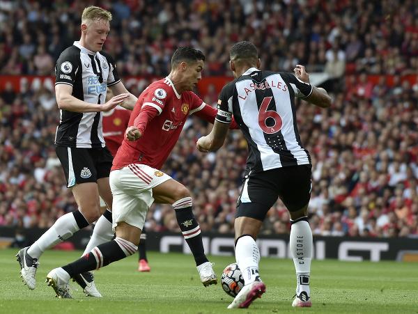 Cristiano Ronaldo sa snaží prejsť cez hráčov Newcastlu United
