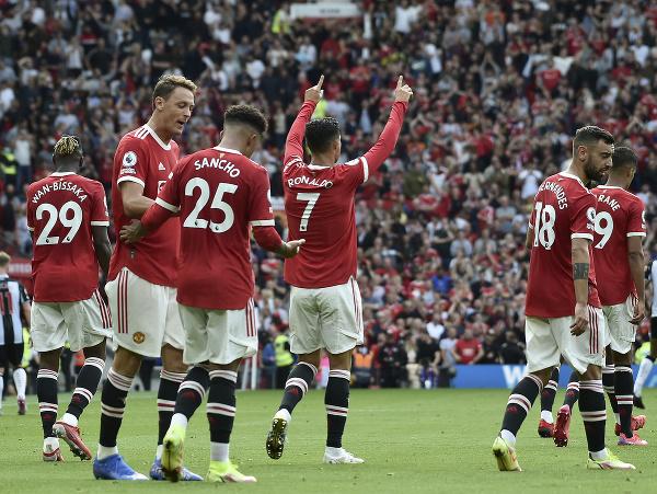 Cristiano Ronaldo oslavuje gól so spoluhráčmi