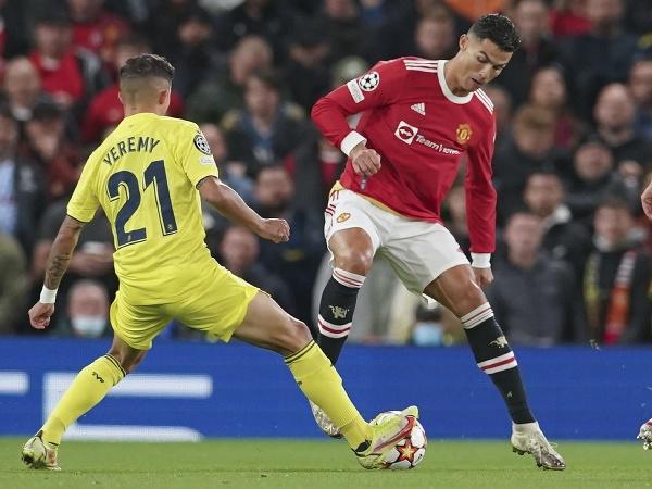 Cristiano Ronaldo (vpravo) bojuje o loptu s Yeremym Pinom z Villarrealu