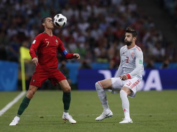 Cristiano Ronaldo a Gerard Piqué v súboji o loptu