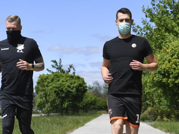 Na snímke vpravo prezident hádzanárskeho klubu  Crows Košice a brankár Filip Fabišík, vľavo jeho spoluhráč a stredná spojka Vladimír Guzy