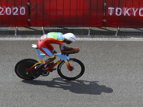 Eritrejčan Amanuel Ghebreigzabhier počas časovky na olympiáde v Tokiu