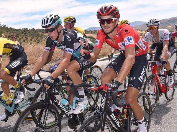 Peter Velits (v červenom drese) počas druhej etapy