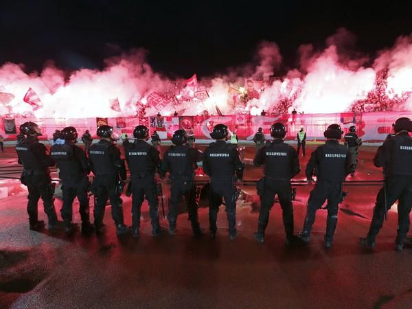 Policajti pri fanúšikoch CZ Belehrad