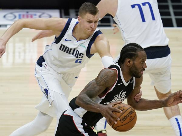 Center Kristaps Porzingis (6) z Dallasu Mavericks a útočník Kawhi Leonard (2) z Los Angeles Clippers v súboji