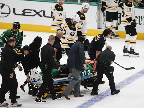 Roman Polák utrpel zranenie ramena a z ľadu musel odísť na nosidlách
