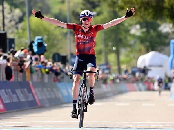 Daniel Martin oslavuje triumf v 17. etape Giro d'Italia