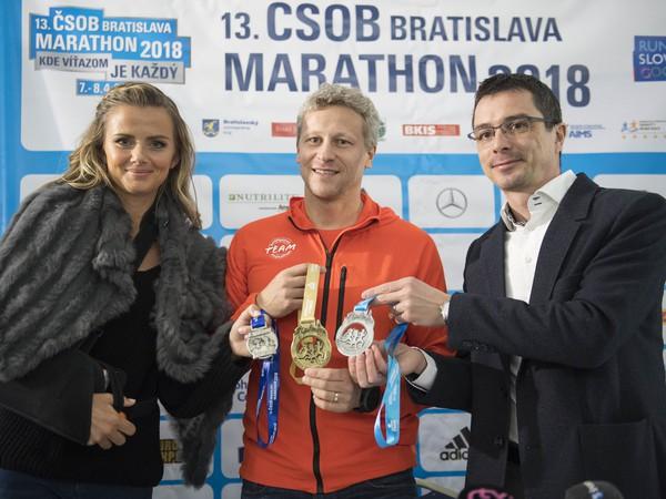 Ambasádorka 13. ČSOB Bratislava Marathon a bývalá slovenská tenistka Daniela Hantuchová, riaditeľ ČSOB Bratislava Marathon Jozef Pukalovič a prezident Slovenského atletického zväzu (SAZ) Peter Korčok