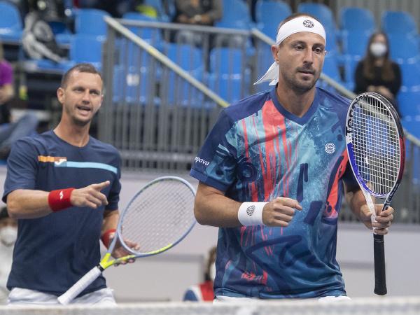 Slovenskí tenisti Filip Polášek a Igor Zelenay počas zápasu štvorhry 1. svetovej skupiny Davisovho pohára