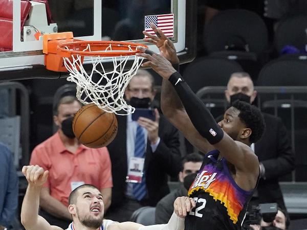 Na snímke vpravo hráč Suns Deandre Ayton strieľa víťazný kôš