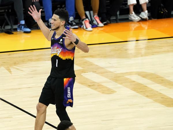 Devin Booker z Phoenixu Suns sa teší z víťazstva