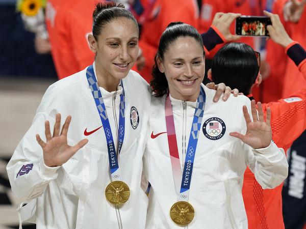 Americké basketbalistky Sue Birdová (vpravo) a Diana Taurasiová sa tešia zo zisku zlatej medaily po víťazstve vo finále nad Japonskom na OH2020 v Tokiu