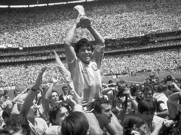 Legendárny Diego Maradona zomrel vo veku 60 rokov