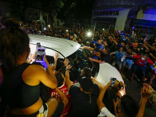 Fanúšikovia sa zhromaždili pri aute, ktoré viezlo zosnulého Maradonu
