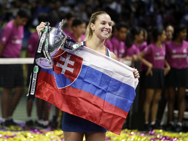 Dominika Cibulková pózuje s trofejou