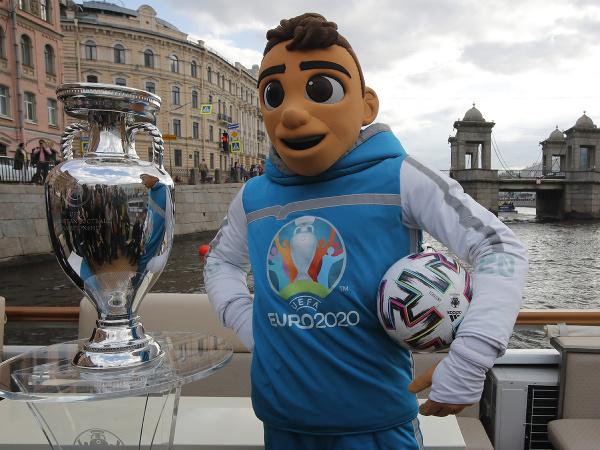 Maskot futbalových ME2020 Skillzy s trofejou pre víťaza európskeho šmpionátu