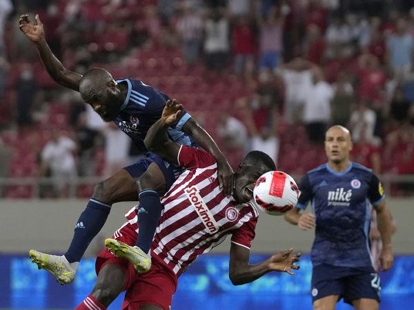 Hráč Slovana Ibrahim Rabiu (vľavo) v súboji s Mohamedom Camarom z Olympiacosu