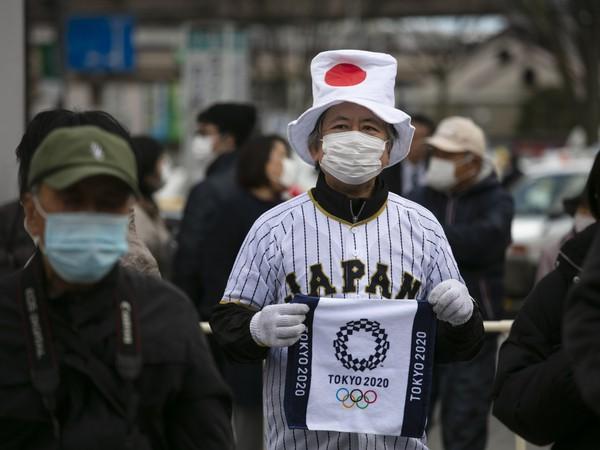 Japonský fanúšik s rúškom na tvári