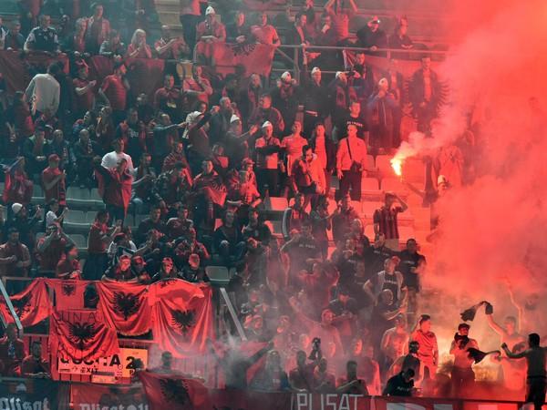 Albánski fanúšikovia zapaľujú dymovnice v kvalifikačnom futbalovom zápase na MS 2018 G-skupiny Taliansko - Albánsko
