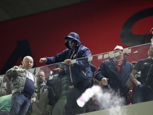 Fanúšikovia Albánska zahádzali hráčov Poľska pohármi