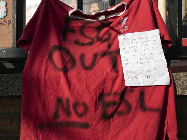 Fanúšikovia FC Liverpool protestovali proti americkej spoločnosti Fenway Sports Group