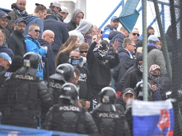 Fanúšikovia Slovana pred začiatkom šlágra v Dunajskej Strede
