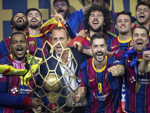Hádzanári FC Barcelona s trofejou Final Four Ligy majstrov
