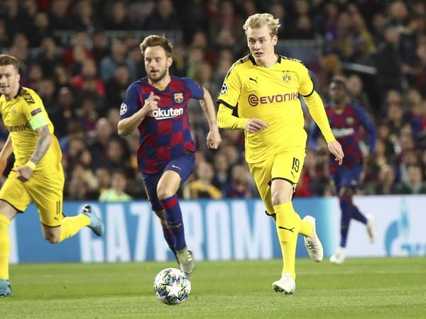 Julian Brandt z Dortmundu a Ivan Rakitič z Barcelony